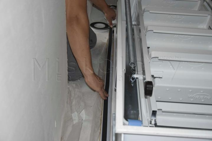 Duzzadó szalag elhelyezése - hőszigetelt tűzgátló padásfeljáró